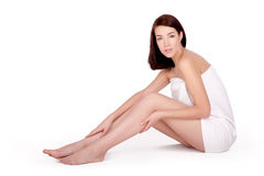 Menina adulta bonita com pés perfeitos com toalha fotografia de stock royalty free