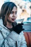 Menina adulta bonita que bebe Martini exterior, mola adiantada Foto de Stock Royalty Free