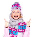 A menina adulta feliz no inverno veste-se com polegares acima Imagens de Stock