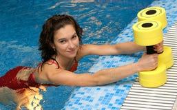 A menina é aerobics acoplado do aqua Imagens de Stock Royalty Free