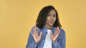 Menina africana confundida e assustado dos problemas isolados no fundo amarelo vídeos de arquivo