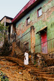 Menina africana de Litte perto da construção velha Fotografia de Stock Royalty Free