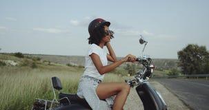 A menina africana em um velomotor tentou dirigir na aventura nova até que a recordou passeio do couldn t 4K video estoque