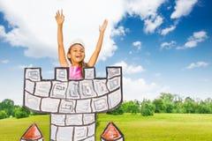 A menina africana entusiasmado da princesa está na torre Fotos de Stock Royalty Free