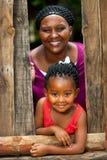 Menina africana feliz com mãe. imagem de stock royalty free