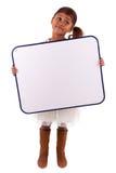 Menina africana pequena bonito que prende um whiteboard Fotos de Stock