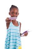 Menina africana pequena que guarda 500 cem euro- contas - peopl preto Fotos de Stock Royalty Free