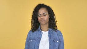 Menina africana que agita a cabeça para rejeitar isolado no fundo amarelo vídeos de arquivo