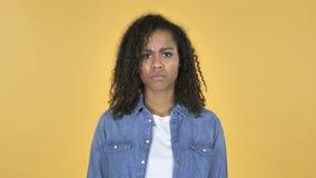 Menina africana virada triste isolada no fundo amarelo vídeos de arquivo