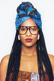 Menina afro-americano bonita nos óculos de proteção que olham a câmera Fotos de Stock Royalty Free