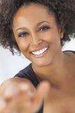 Menina afro-americano feliz da raça misturada que toma Selfie Imagens de Stock Royalty Free