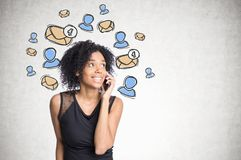Menina afro-americano no telefone, ícones do e-mail foto de stock