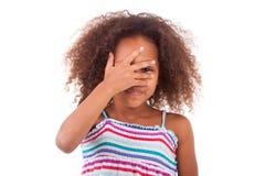 Menina afro-americano nova bonito que esconde seus olhos - pessoas negras Fotografia de Stock Royalty Free