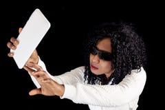 Menina afro-americano nova na camiseta branca imagem de stock royalty free