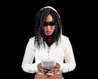 Menina afro-americano nova no hoodie branco Imagem de Stock