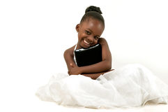 Menina afro-americano pequena que guarda uma tabuleta digital Imagens de Stock