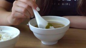 A menina agita a sopa de miso vídeos de arquivo