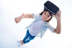 Menina agradável alegre que aprecia sua experiência com tecnologia 3d Imagens de Stock