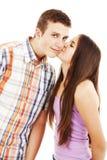 A menina agradável beija o indivíduo modesto novo em um mordente foto de stock royalty free