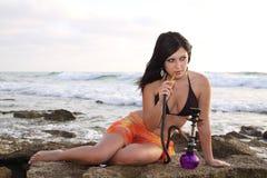 Menina agradável com cachimbo de água Fotos de Stock