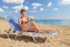 Menina agradável com creme da sol-proteção Imagens de Stock Royalty Free