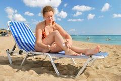 Menina agradável com creme da sol-proteção Fotos de Stock