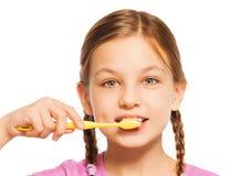 Menina agradável com escova de dentes amarela foto de stock royalty free