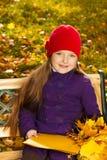 Menina agradável com papéis Foto de Stock Royalty Free