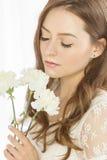 Menina agradável com um ramalhete das flores Fotografia de Stock
