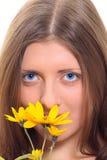 A menina agradável com uma flor amarela fotos de stock royalty free