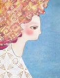 A menina agradável da sensualidade no branco fez crochê o vestido do laço com cabelo vermelho Fotos de Stock Royalty Free