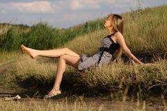 Menina agradável na costa do lago Fotos de Stock Royalty Free