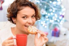 Menina agradável que come a cookie imagens de stock royalty free