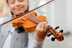 Menina agradável que joga o violino fotos de stock royalty free