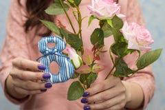 Menina agradável que levanta com figura 8 e as rosas Fotografia de Stock
