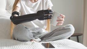 Menina agradável que testa seu braço do cyber vídeos de arquivo