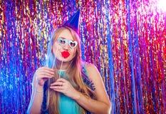 A menina agradável nova tem o divertimento Imagens de Stock Royalty Free