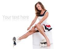 Menina agradável 'sexy' do inverno nos patins e no vestido 'sexy' Fotografia de Stock Royalty Free
