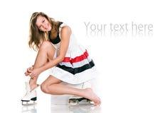 A menina agradável 'sexy' do inverno nos patins e o branco vestem-se Fotos de Stock