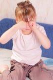Menina alérgica que risca seus olhos Fotografia de Stock Royalty Free