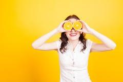Menina alaranjada fechado seu amarelo dos olhos foto de stock royalty free