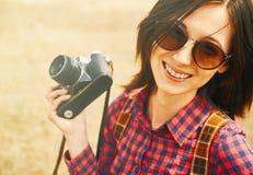 Menina alegre com a câmera velha da foto na mola Foto de Stock Royalty Free