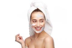 Menina alegre com cosméticos e toalha foto de stock royalty free