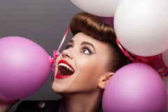 Menina alegre com os balões de ar que têm o divertimento - expressão fotografia de stock royalty free