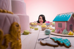 Menina alegre com suas riquezas doces Imagens de Stock
