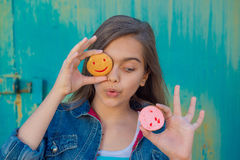 Menina alegre com uma pastelaria redonda Imagem de Stock Royalty Free