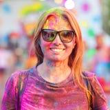A menina alegre comemora o festival do holi das pinturas foto de stock