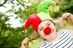 Menina alegre como o palhaço que tem o divertimento fotografia de stock royalty free
