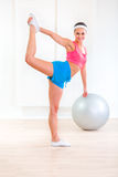 Menina alegre da aptidão que faz esticando exercícios Foto de Stock Royalty Free