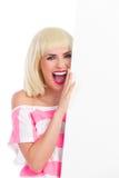 Menina alegre da gritaria atrás de um cartaz Imagens de Stock
